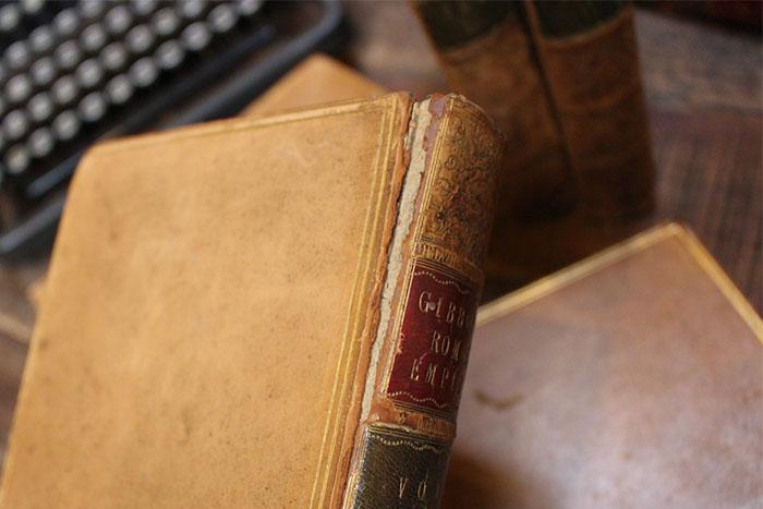 重厚なアンティークの歴史書
