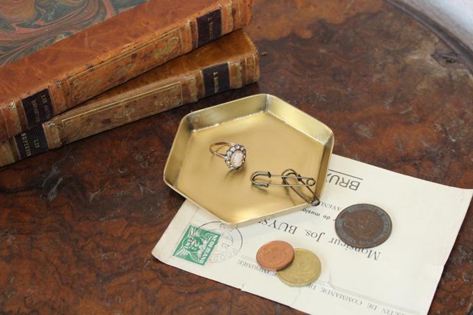 優雅な真鍮製の小さなトレイ