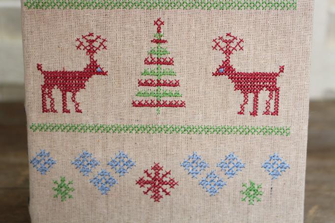 クリスマスデザインの本型小物入れ