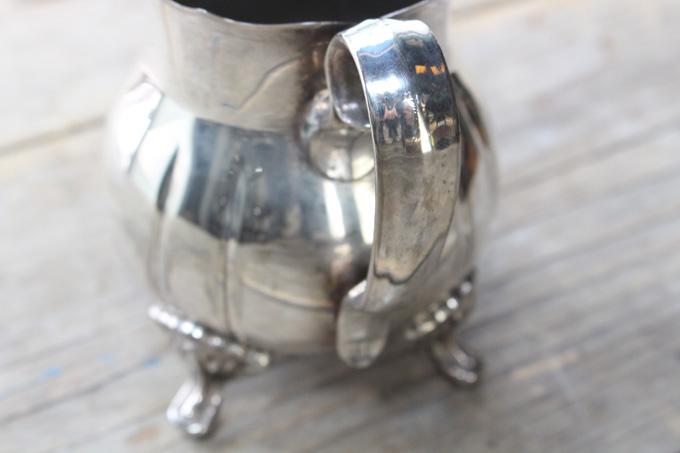 可愛い猫脚のついたミルクジャグ