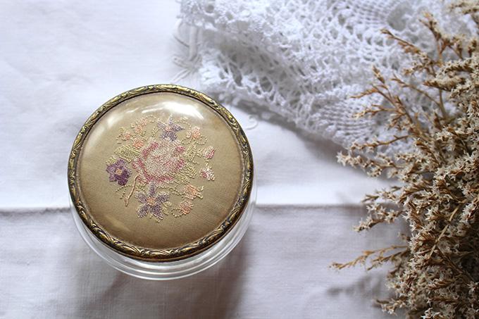 刺繍のガラスケース