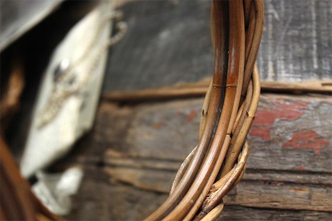 籐でできたナチュラルなフラワーミラー