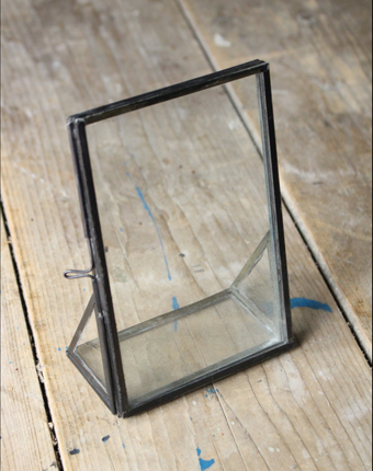 ガラスとア鉄のシンプルな額縁
