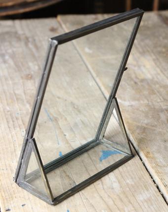 ガラスで向こうが透けるフレーム