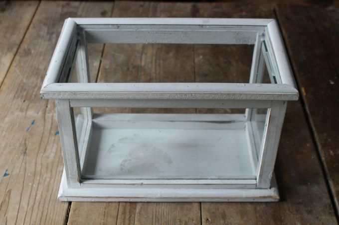 白く塗装された木製枠がおしゃれなショーケース