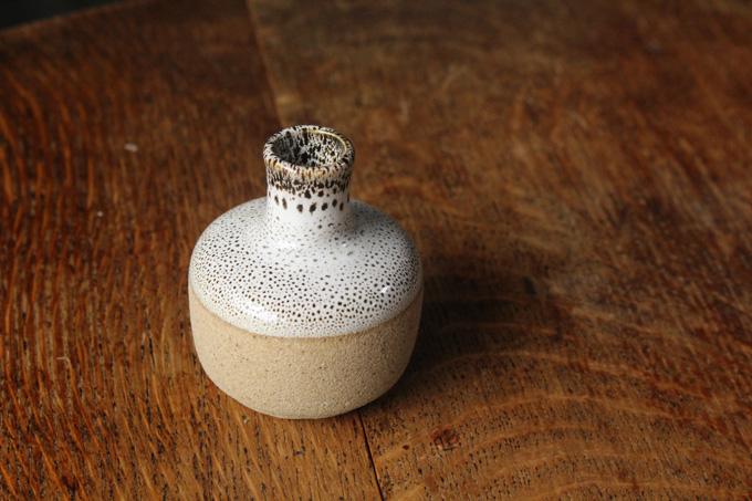 デザイン性の高い陶器の花瓶