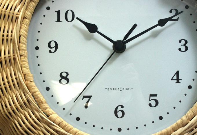 ラタン素材でできた壁掛け時計