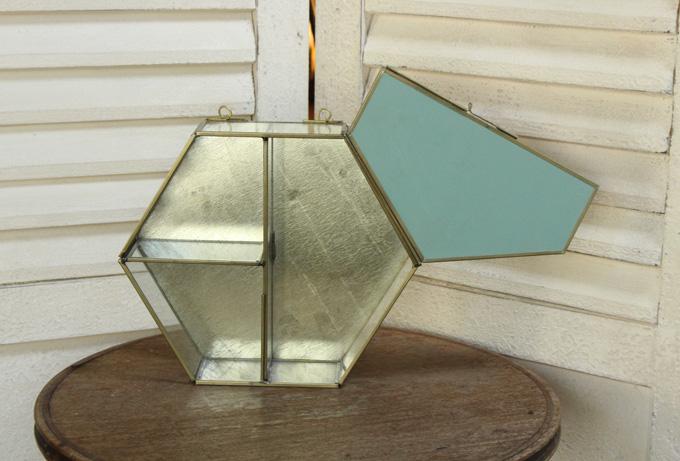 華奢なガラス製ディスプレイ棚
