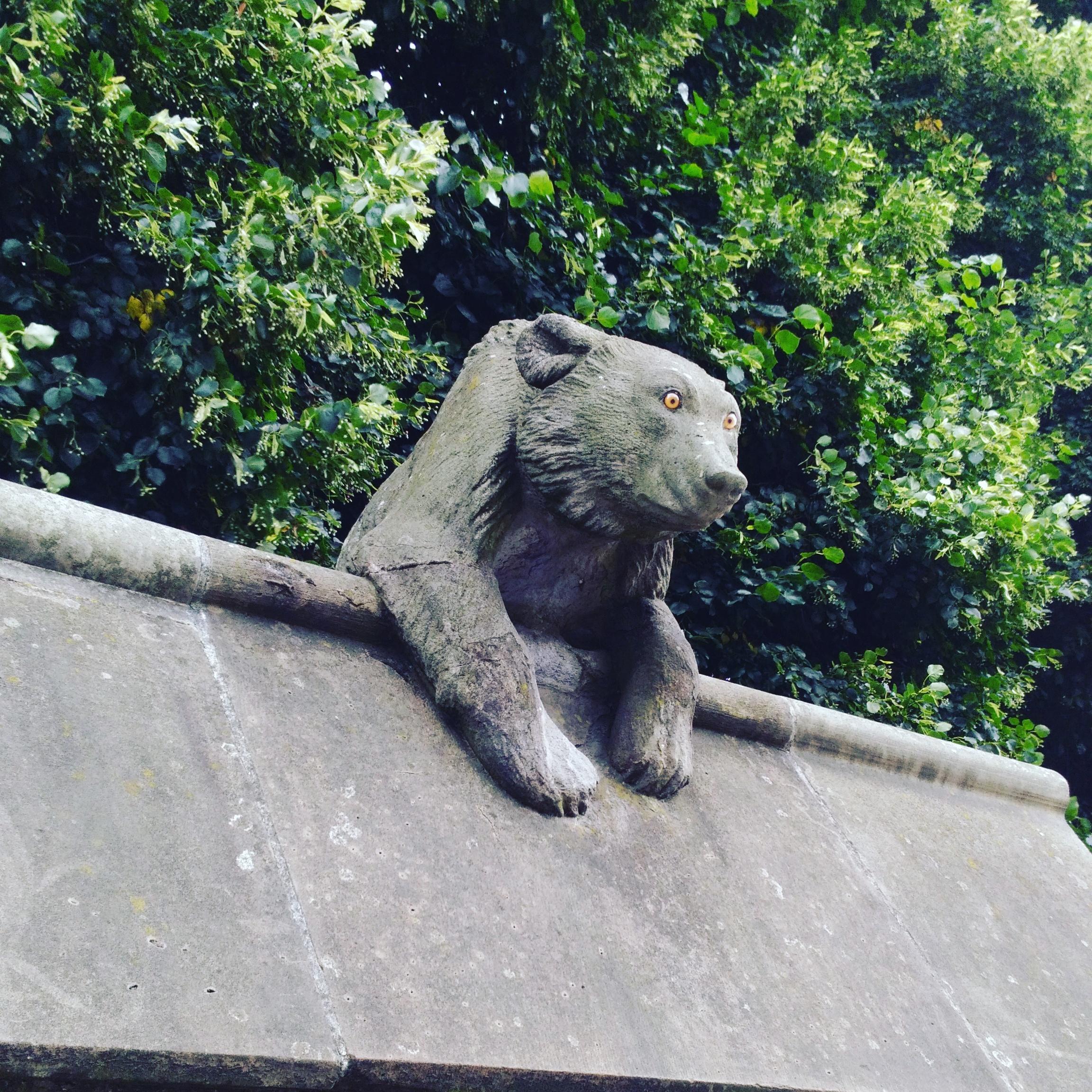 カーディフ城のかわいい動物彫刻熊