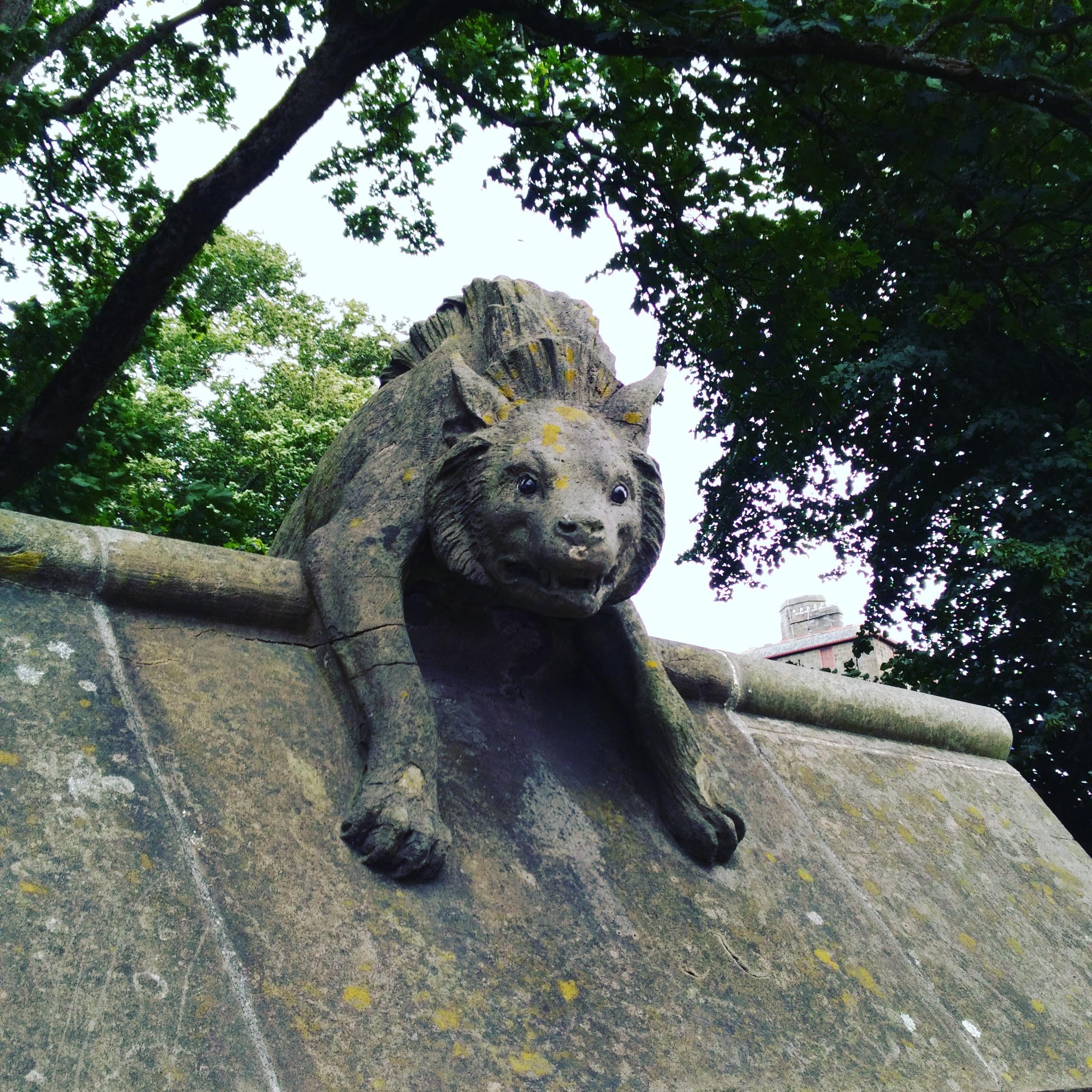 カーディフ城のかわいい公園動物彫刻ライオン